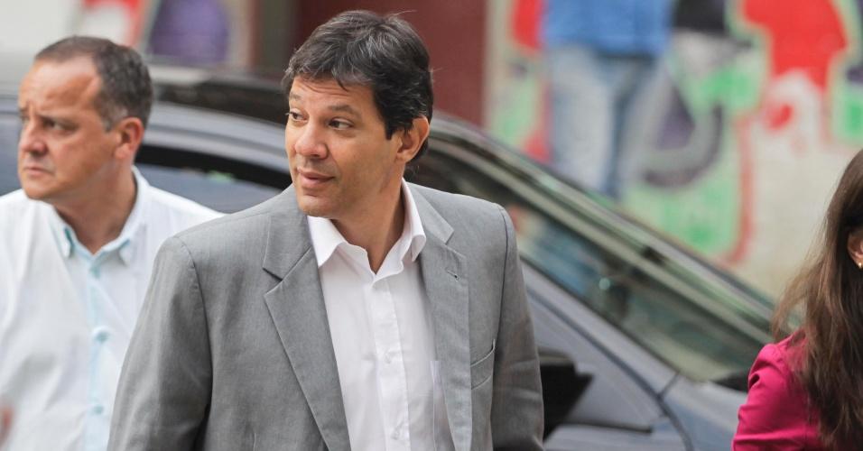 20.set.2012 - Fernando Haddad, candidato do PT à Prefeitura de São Paulo, chega ao teatro Fernando Torres, junto ao Colégio Agostiniano Mendel, para o debate organizado pela Arquidiocese da capital