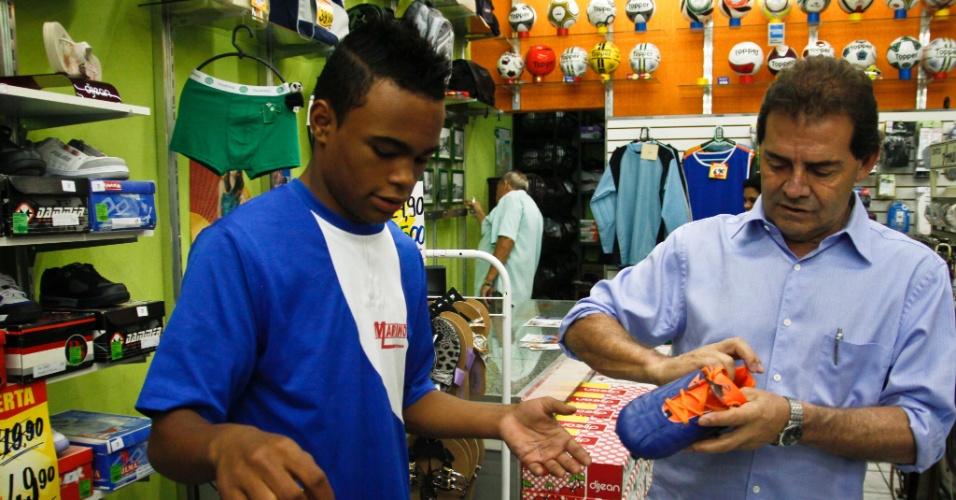 20.set.2012 - O candidato do PDT à Prefeitura de São Paulo, Paulinho da Força (à dir.), conversa com lojista durante caminhada pelo bairro de São Mateus, na zona leste da capital
