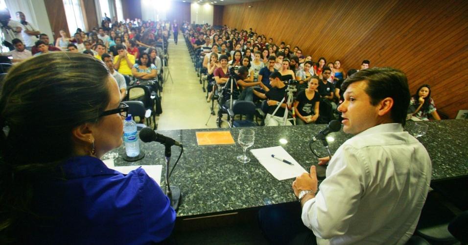 20.set.2012 - O candidato do PSB à Prefeitura do Recife, Geraldo Júlio (à dir.), participa de palestra nas Faculdades Integradas Barros Melo (AESO)