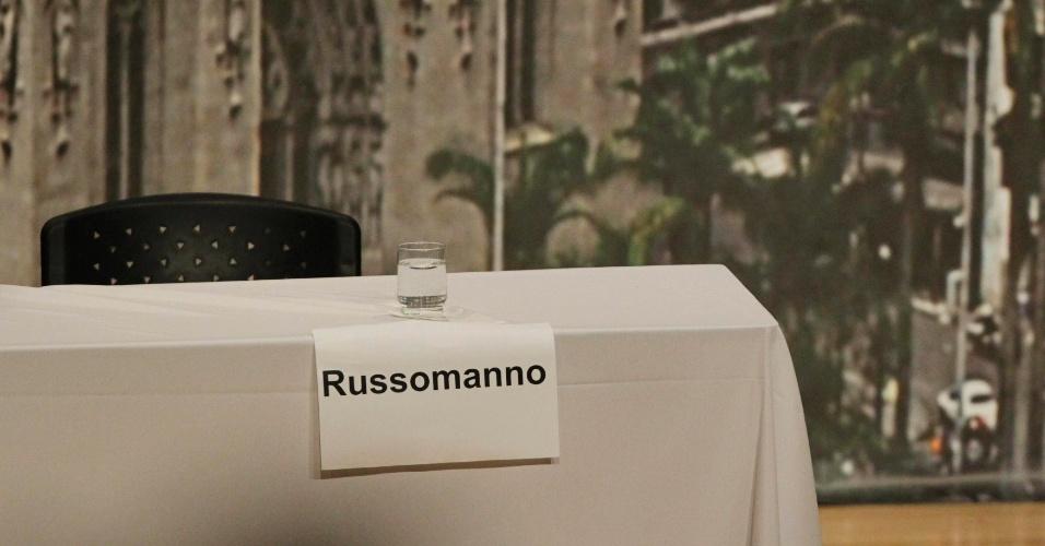 20.set.2012 - O lugar reservado para o candidato do PRB à Prefeitura de São Paulo, Celso Russomanno, permanece vago durante o debate organizado pela Arquidiocese da capital. Líder nas pesquisas de intenção de voto, o candidato não compareceu ao debate
