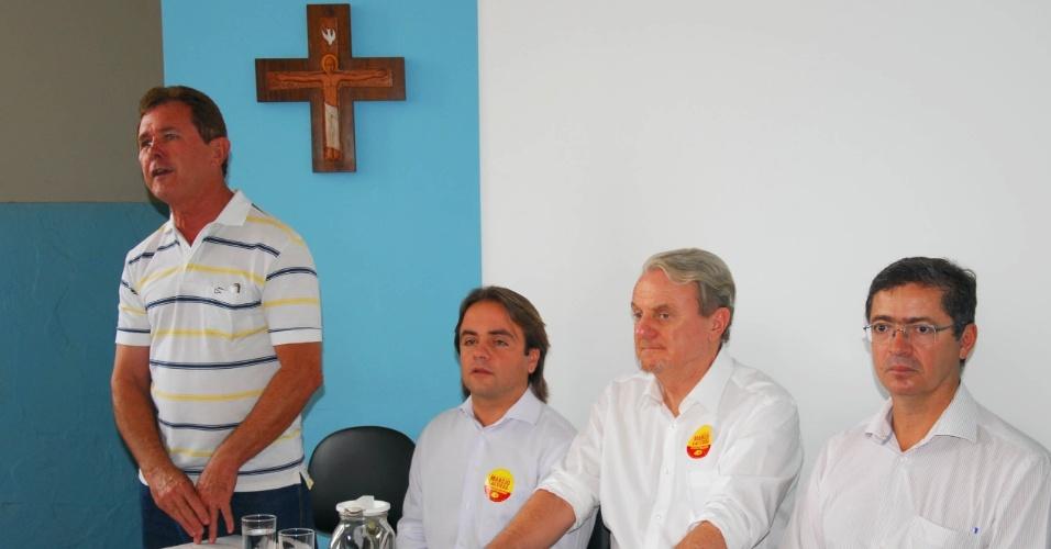 20.set.2012 - O prefeito de Belo Horizonte e candidato à reeleição, Márcio Lacerda (no centro da mesa), do PSB, conversa com eleitores durante visita ao Vicariato Episcopal para Ação Social e Política, na capital mineira