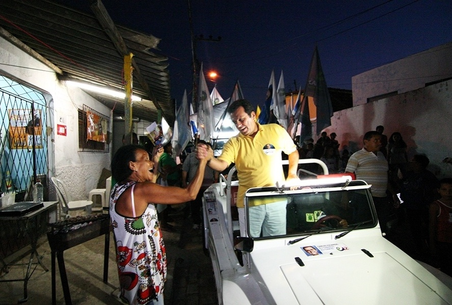 20.set.2012 - Carlos Eduardo (de amarelo), candidato do PDT à Prefeitura de Natal, fez carreata na noite desta quinta-feira pelo bairro Planalto, na zona oeste da capital potiguar
