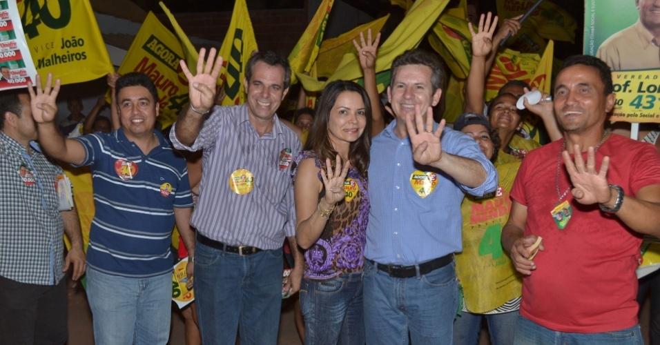 20.set.2012 - O candidato do PSB à Prefeitura de Cuiabá, Mauro Mendes (de camisa azul), participou de caminhada pelo bairro Altos da Serra na noite desta quinta-feira