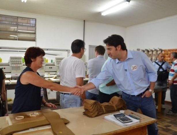 20.set.2012 - O candidato do PSC à Prefeitura de Curitiba, Ratinho Júnior, fez campanha na Vila Militar nesta quinta-feira