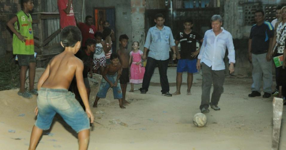 20.set.2012 - O candidato do PSDB à Prefeitura de Manaus, Arthur Virgílio, brinca com garoto durante caminhada pelo bairro Ouro Verde, na zona leste de Manaus