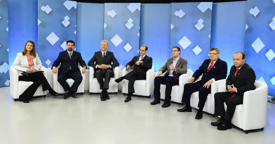 """20.set.2012 - Os candidatos à Prefeitura de Porto Alegre participaram, na noite desta quinta-feira, de debate promovido pela """"TVCOM"""". Da esquerda para a direita estão Manuela D'Ávila (PC do B), Wambert Di Lorenzo (PSDB), José Fortunati (PDT), o mediador do debate, Roberto Robaina (PSOL), Jocelin Azambuja (PSL) e Adão Villaverde (PT)"""