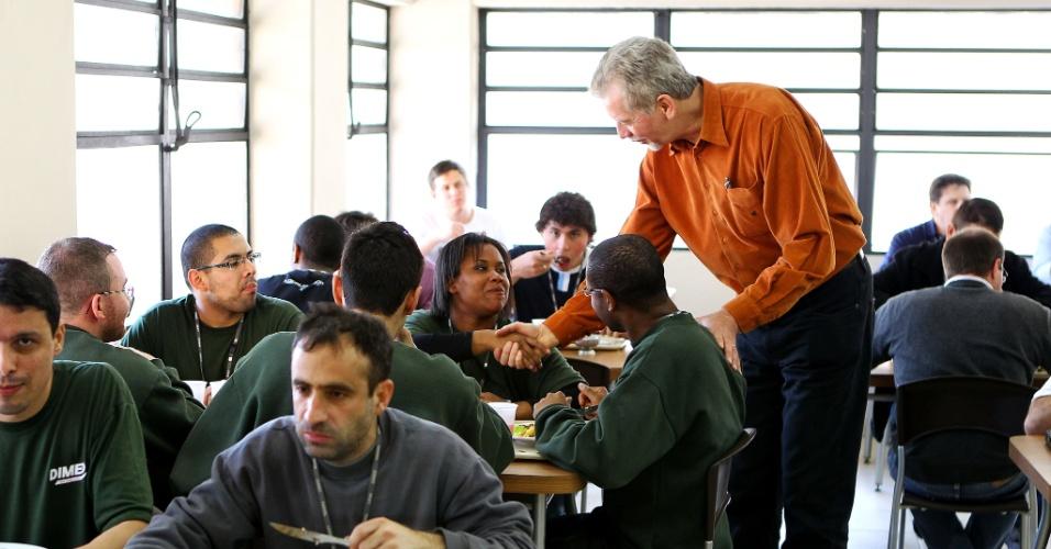 21.set.2012 - José Fortunati, candidato à reeleição pelo PDT em Porto Alegre, participou de almoço com funcionários de uma empresa distribuidora de medicamentos na região oeste da capital gaúcha