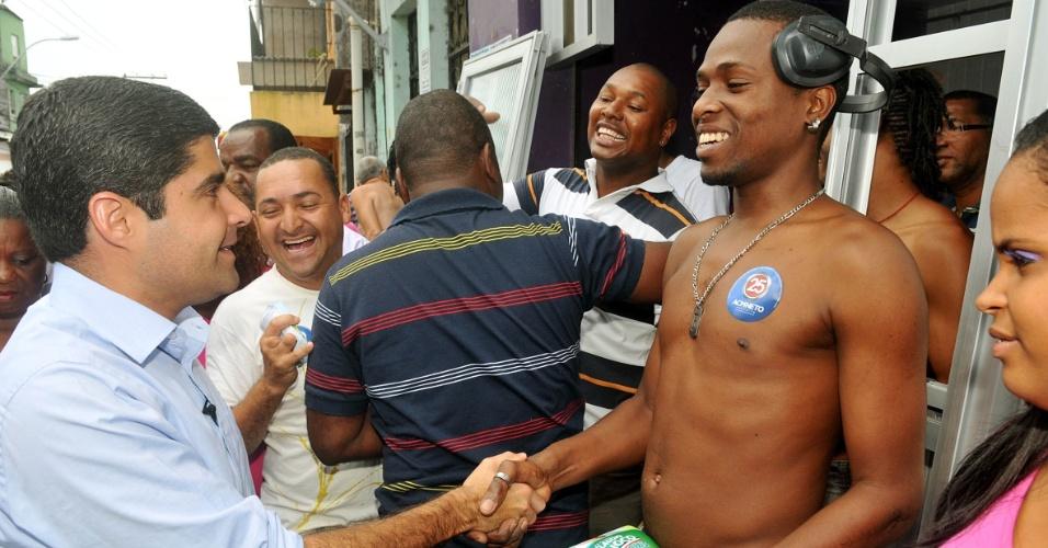 21.set.2012 - O candidato do DEM a prefeito de Salvador, ACM Neto, fez campanha pelos bairros de Pero Vaz e Capelinha do São Caetano nessa sexta-feira (21)