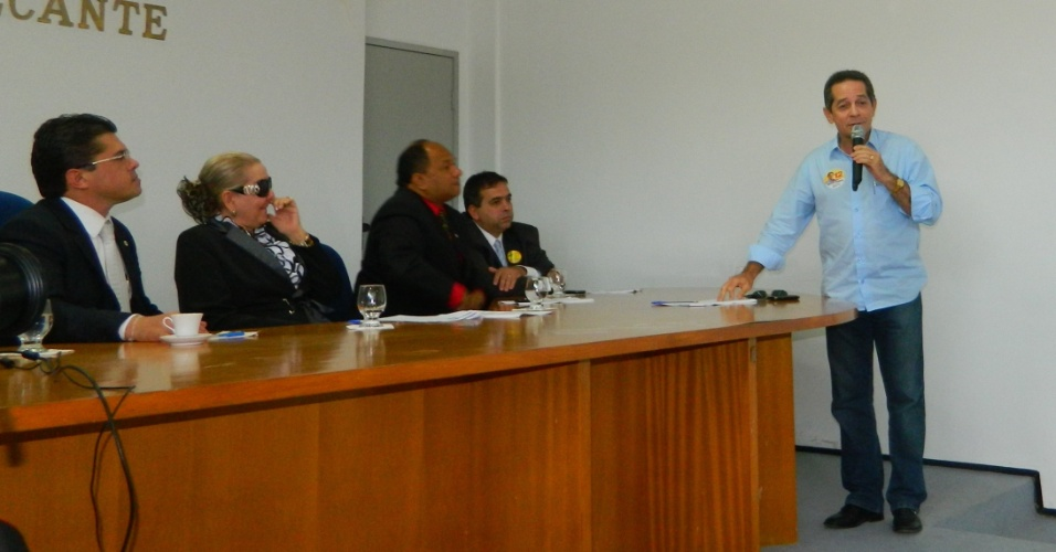 21.set.2012 - O candidato do PDT à Prefeitura de Fortaleza, Heitor Férrer (em pé), apresentou suas propostas nesta sexta-feira aos integrantes da OAB Ceará
