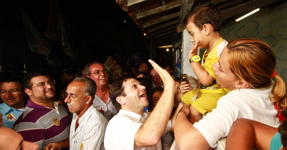 21.set.2012 - O candidato do PSB à Prefeitura do Recife, Geraldo Julio, fez campanha no bairro de Brasília Teimosa na noite desta sexta-feira