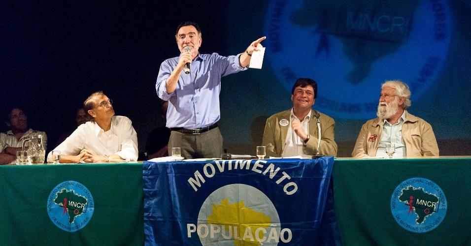 21.set.2012 - Patrus Ananias, candidato do PT à Prefeitura de Belo Horizonte,participou nesta sexta-feira de encontro com catadores de materiais recicláveis e ambientalistas em um colégio no bairro Santo Agostinho, região central da capital mineira
