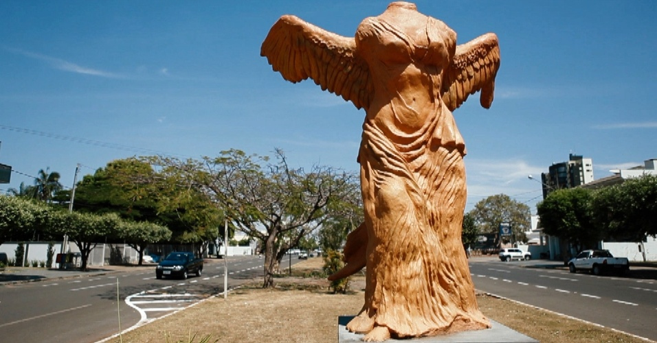 """Uma das várias estátuas que ornamentam as ruas de Sorriso (MT) lembra a """"Vitória de Samotrácia"""", escultura que está no Museu do Louvre, em Paris"""