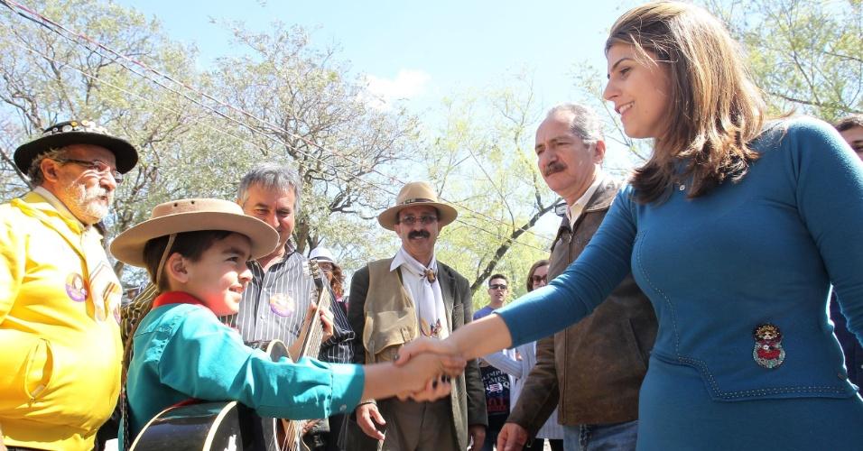 22.set.2012 - A candidata do PC do B à Prefeitura de Porto Alegre, Manuela D'Ávila, visita o acampamento farroupilha com Aldo Rebelo, ministro do Esporte