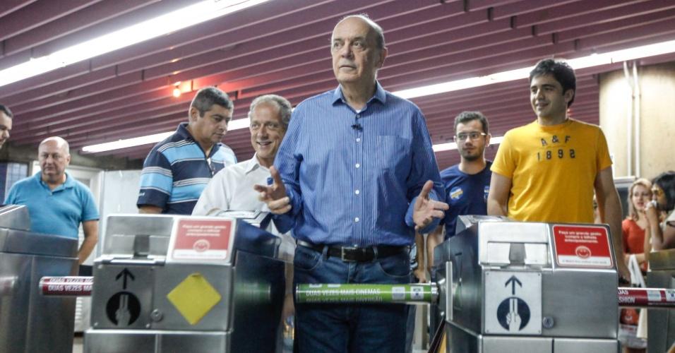 22.set.2012 - O candidato do PSDB à Prefeitura de São Paulo, José Serra, chega de metrô para caminhada na avenida Paulista, região central da cidade, na tarde deste sábado
