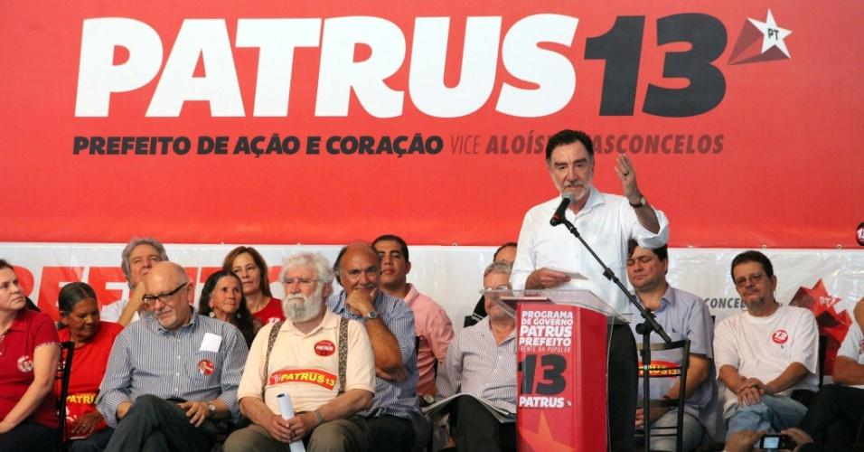 22.set.2012 - O candidato do PT à Prefeitura de Belo Horizonte, Patrus Ananias (em pé), reuniu a cúpula de seu partido em evento de lançamento de seu programa de governo na praça Duque de Caxias, em Santa Tereza, zona leste da capital mineira