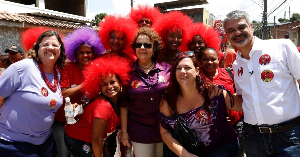 22.set.2012 - O candidato do PT à Prefeitura do Recife, Humberto Costa (à dir.), realizou uma caminhada nesta sábado (22) com as mulheres militantes de sua candidatura, no bairro de Nova Descoberta