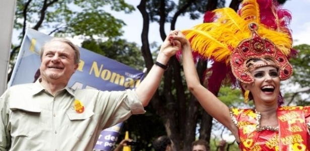 22.set.2012 - O prefeito de Belo Horizonte e candidato à reeleição pelo PSB, Márcio Lacerda, participou da 'Caminhada da Primavera', que percorreu da praça da Liberdade até a Savassi na manhã deste sábado