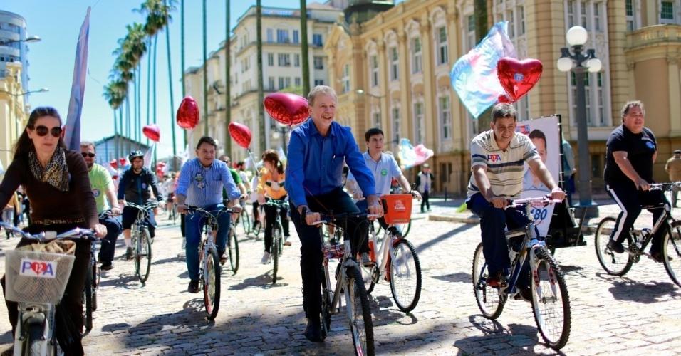 22.set.2012 - O prefeito de Porto Alegre e candidato à reeleição pelo PDT, José Fortunati, participou de passeio ciclístico  pelas ruas do centro da capital gaúcha neste sábado, Dia Mundial Sem Carro