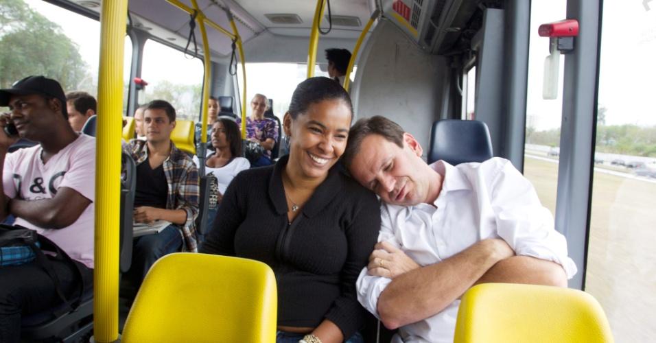 22.set.2012 - O prefeito do Rio de Janeiro e candidato à reeleição pelo PMDB, Eduardo Paes, embarcou no ônibus BRT Transoeste, na Barra da Tijuca, até a estação Santa Cruz, em comemoração ao Dia Mundial Sem Carro, celebrado neste sábado. Depois, foi de trem para Realengo