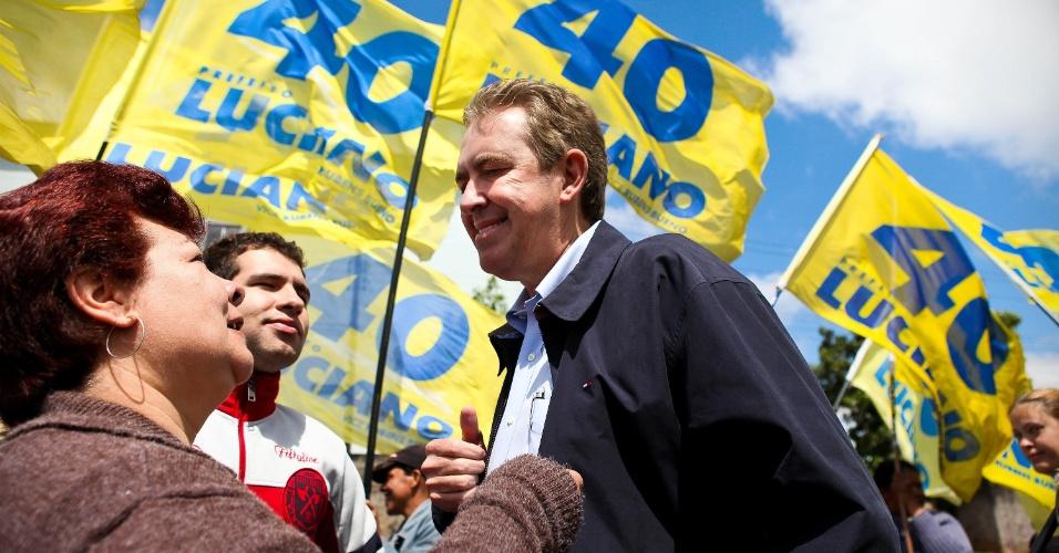 23.set.2012 - O candidato à reeleição em Curitiba pelo PSB, Luciano Ducci, fez campanha no bairro de Sítio Cercado na manhã deste domingo