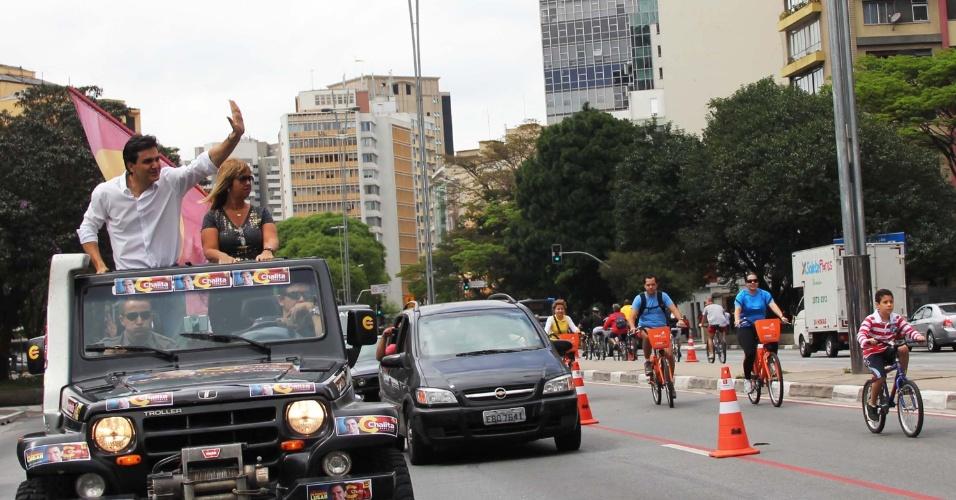 23.set.2012 - O candidato do PMDB à Prefeitura de São Paulo, Gabriel Chalita, participa de carreata na região do parque Ibirapuera e zona oeste, na manhã deste domingo