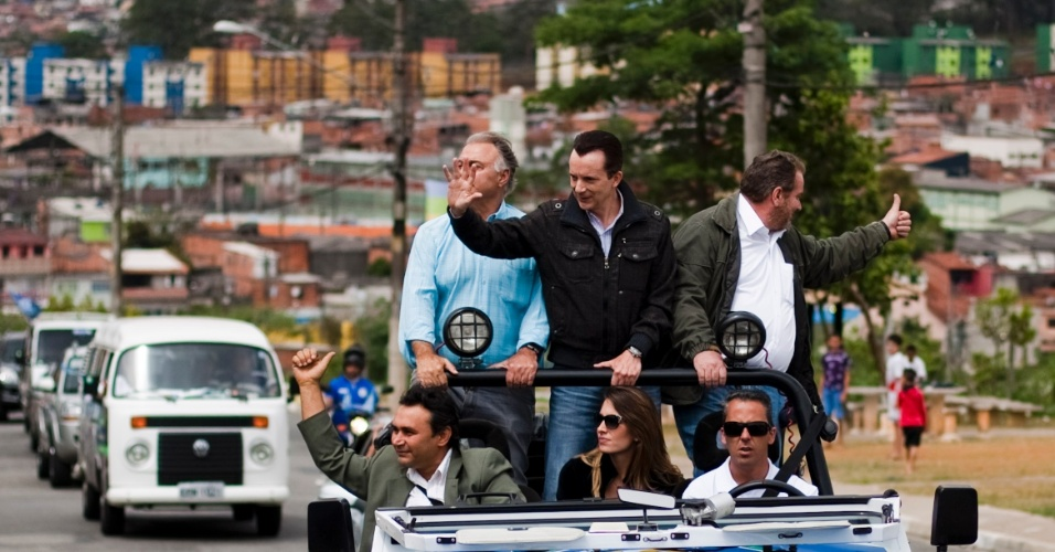 """23.set.2012 - O candidato do PRB à Prefeitura de São Paulo, Celso Russomanno (em pé, no centro), fez uma carreata nesta sábado por bairros da zona leste. Russomanno afirmou que não sabe """"se é conservador"""", ao comentar pesquisa Datafolha que mostra sua vantagem entre os eleitores com esta inclinação política"""