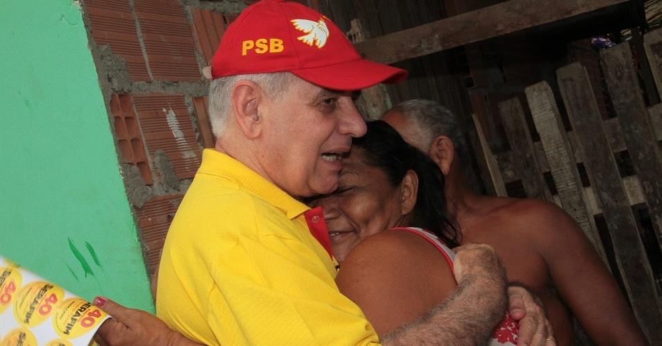 23.set.2012 - O candidato do PSB à Prefeitura de Manaus, Serafim Corrêa, abraça eleitora durante caminhada de campanha pelo bairro São Sebastião, na zona sul da capital amazonense