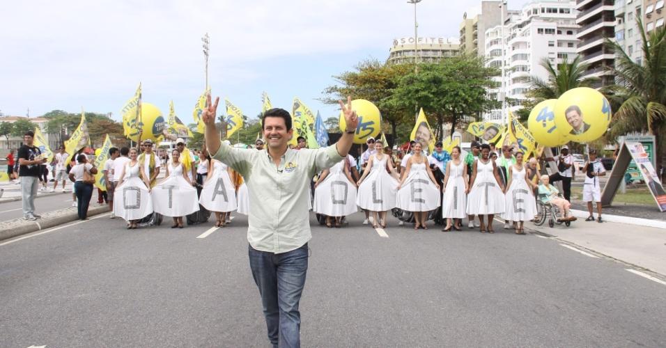 23.set.2012 - O candidato do PSDB à Prefeitura do Rio de Janeiro, Otávio Leite, fez caminhada de campanha na orla da praia de Copacabana, com direito a intervenções artísticas, na manhã deste domingo