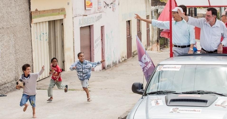 23.set.2012 - O candidato do PT à Prefeitura de Belo Horizonte, Patrus Ananias, participou de carreata pela Regional Norte e Conjunto Paulo IV na região nordeste da capital mineira