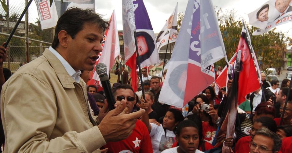 23.set.2012 - O candidato do PT à Prefeitura de São Paulo, Fernando Haddad, discursa para eleitores depois de carreata pelo bairro de São Mateus, na zona leste