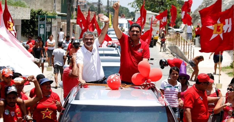 23.set.2012 - O candidato do PT à Prefeitura do Recife, Humberto Costa (de branco), e seu vice, João Paulo (de vermelho), percorreram em carreata pelo bairro do Ibura, na zona sul da capital na manhã deste domingo