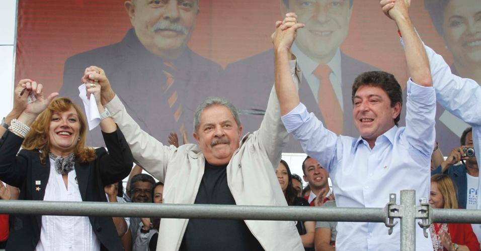 23.set.2012 - O ex-presidente Luiz Inácio Lula da Silva (ao centro), participa de comício do candidato do PT à Prefeitura de Santos André, Carlos Grana, em Santo André, no ABC paulista, neste domingo