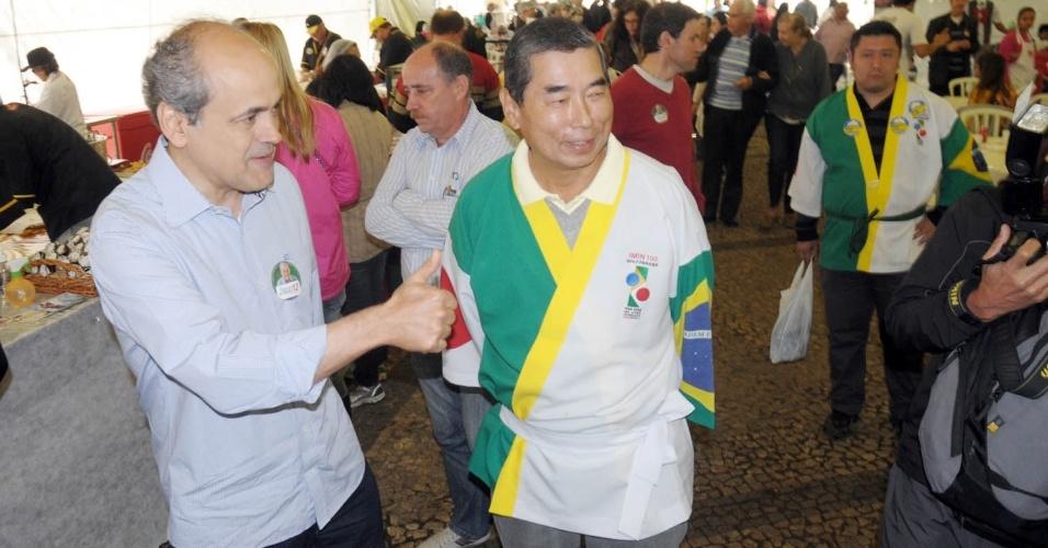 23.set.2012 - O candidato à Prefeitura de Curitiba Gustavo Fruet (PDT) fez campanha no festival Haru Matsuri, festa nipo-brasileira que comemora a chegada da primavera