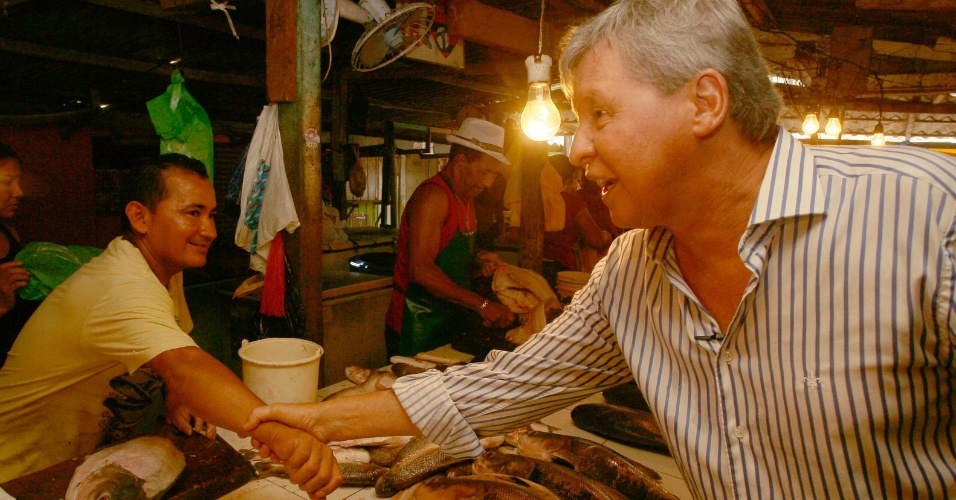 23.set.2012 - O candidato à Prefeitura de Manaus Arthur Virgílio (PSDB) fez campanha em avenida do bairro Grande Vitória e cumprimentou eleitores na feira localizada na avenida Perimetral
