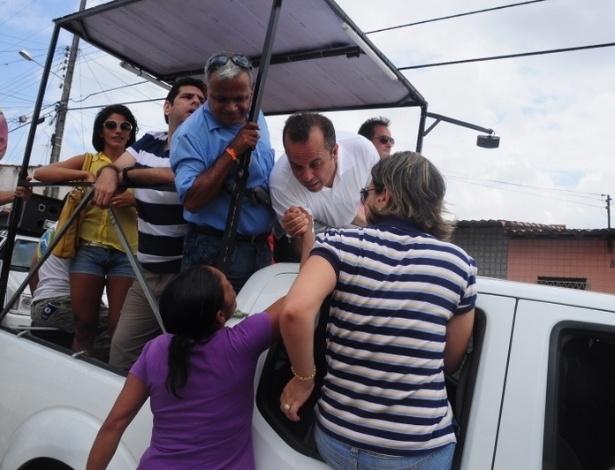 23.set.2012 - O candidato do PSDB à Prefeitura de Natal, Rogério Marinho (de camisa branca), fez uma carreata pelas ruas da zona Norte da cidade