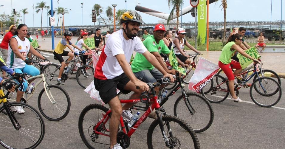 """23.set.2012 - O candidato do PT à Prefeitura de Fortaleza, Elmano de Freitas, participou de uma """"bicicleata"""" com correligionários"""