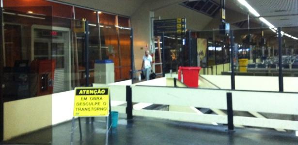 Baldes e goteiras no aeroporto de Manaus - Noelle Marques/UOL