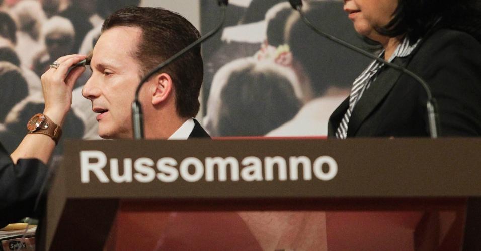 24.set.2012 - Durante o debate, Celso Russomanno (PRB) apresentou brochura a qual disse ser seu Programa de Governo. Pelas regras do debate, acertadas previamente, é proibido apresentar material durante o debate