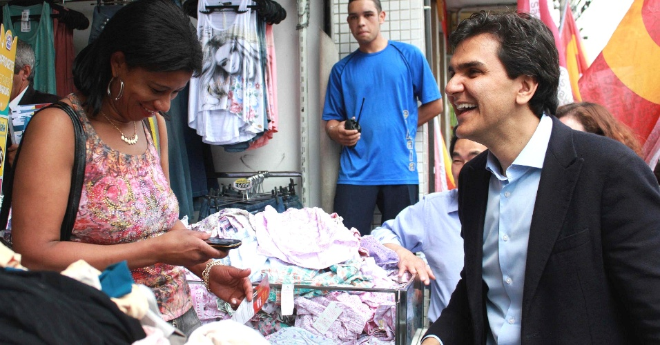 24.set.2012 - O candidato à Prefeitura de São Paulo pelo PMDB, Gabriel Chalita, realiza caminhada pela rua Teodoro Sampaio, em Pinheiros, na zona oeste