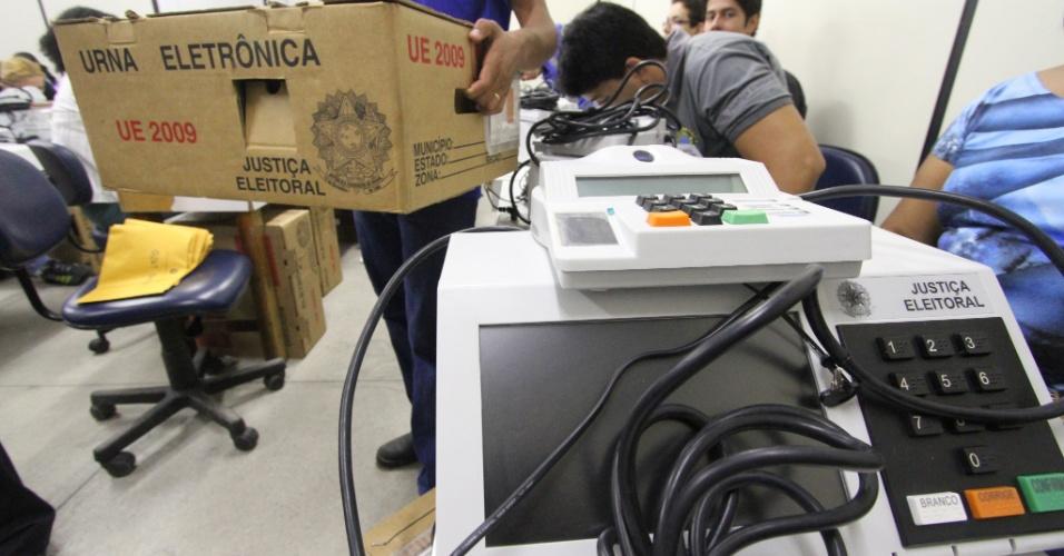 24.set.2012 - O Tribunal Regional Eleitoral de Pernambuco iniciou nesta segunda-feira a preparação de 19 mil urnas eletrônicas para o primeiro turno das Eleições 2012 no Estado. O eleitor levará 40 segundos, em média, para votar, segundo o Tribunal Superior Eleitoral
