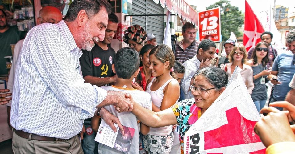 24.set.2012 - Patrus Ananias, candidato do PT à Prefeitura de Belo Horizonte, fez campanha no bairro Vila Ventosa, zona oeste da cidade, ao lado de assessores