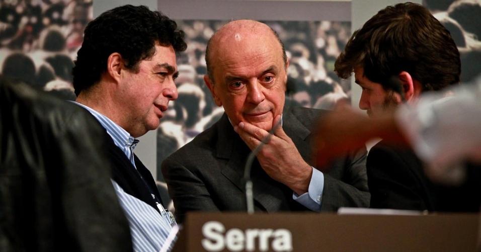 24.set.2012 - Muito criticado sobre sua gestão no governo do Estado, José Serra (PSDB) (ao centro) rebateu dizendo que em seu governo os professores tiveram aumento