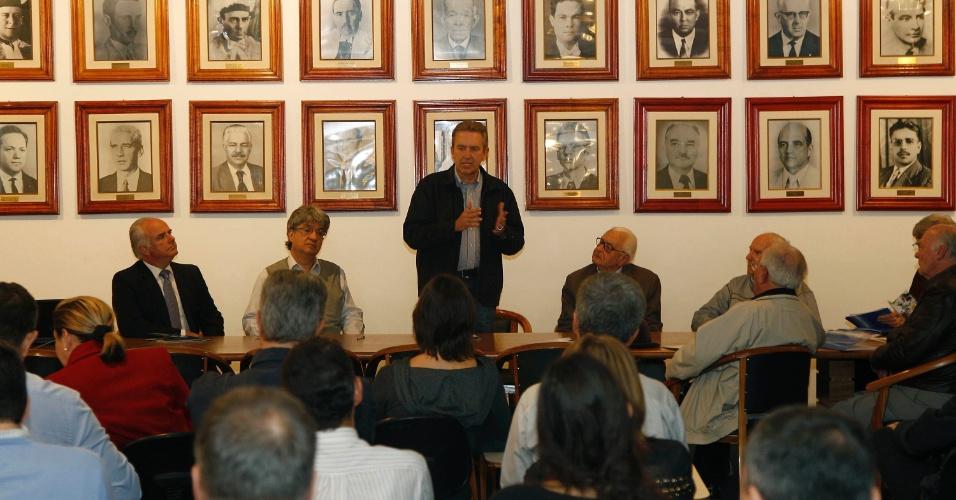 24.set.2012 - O candidato à reeleição para a Prefeitura de Curitiba, Luciano Ducci apresentou propostas para o trânsito da cidade em visita ao Instituto de Engenharia do Paraná (IEP)