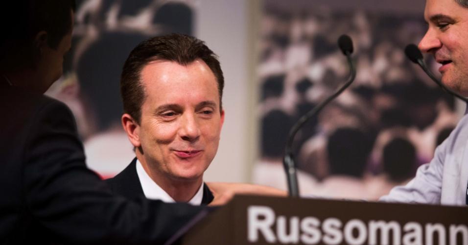 """24.set.2012 - O candidato do PRB a prefeito de São Paulo, Celso Russomanno (ao centro), conversa com assessores durante intervalo do debate na """"TV Gazeta"""""""