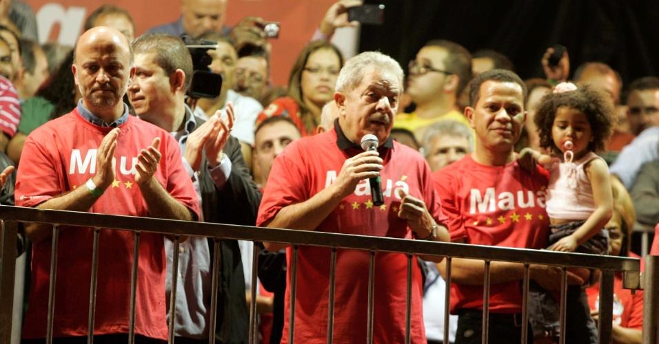 24.set.2012 - O candidato do PT a prefeito de Mauá (Grande São Paulo), Donisete Braga (que carrega a criança), recebe apoio do ex-presidente, Luiz Inácio Lula da Silva, durante comício realizado na cidade nesta segunda-feira