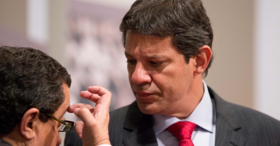 24.set.2012 - O candidato do PT a prefeito de São Paulo, Fernando Haddad, conversa com assessores durante intervalo do debate na