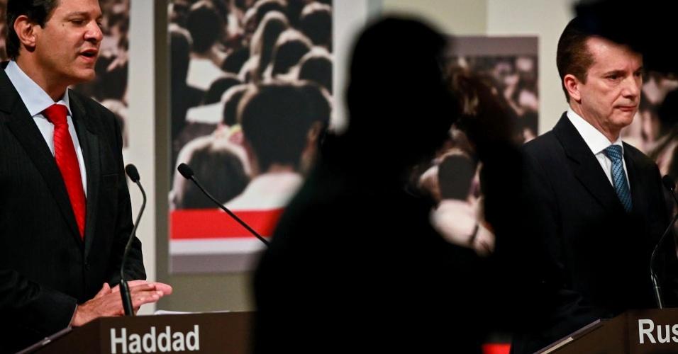 24.set.2012 - O candidato do PT à Prefeitura de São Paulo, Fernando Haddad (PT), questiona Celso Russomanno (PRB) sobre sua proposta de aumentar o efetivo da guarda municipal, dizendo que custaria R$ 1 bilhão aos cofres públicos