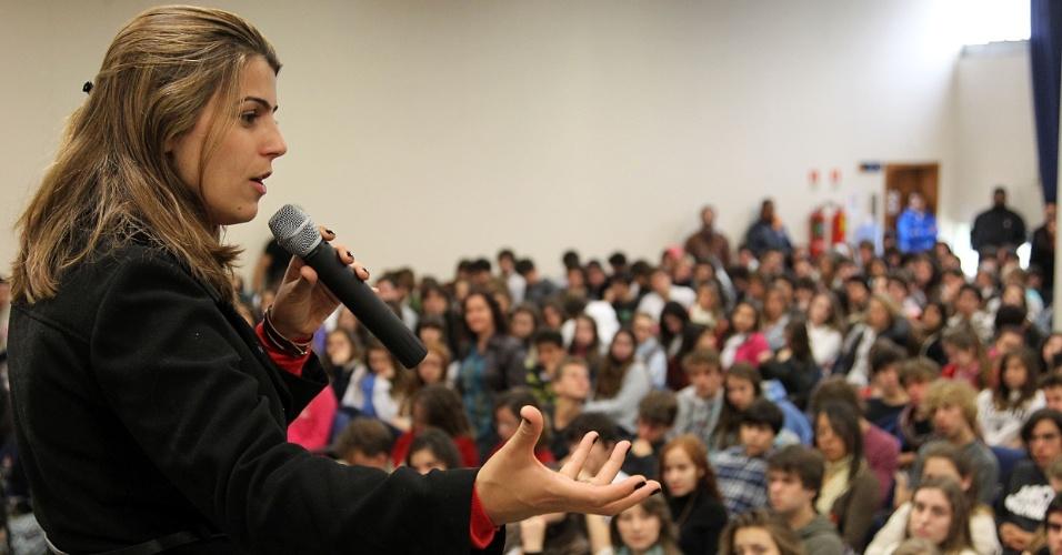 25.set.2012 - A candidata do PC do B à Prefeitura de Porto Alegre, Manuela D'Ávila, discursa para estudantes do colégio Anchieta, na capital gaúcha