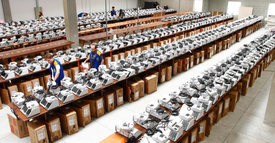 25.set.2012 - Funcionários da Justiça Eleitoral catalogam as urnas eletrônicas de Curitiba (PR). Elas foram lacradas e separadas para serem entregues nas zonas eleitorais do Estado