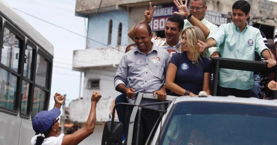 25.set.2012 - O candidato do DEM à Prefeitura de Salvador, ACM Neto (à dir.), faz carreata pelas ruas do bairro Cajazeiras 8